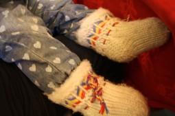 Tonttuvauvan jalat pysyvät lämpiminä pirtin lattialla kontatessa, kun jalassa on villasukat.