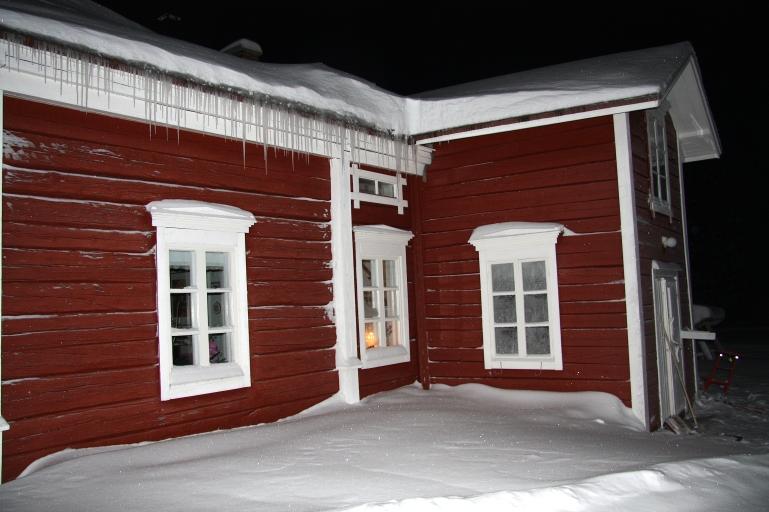 Täällä met asumma joulumuorin kanssa. Korvatunturissa on tehty rakennukset kelohongasta.